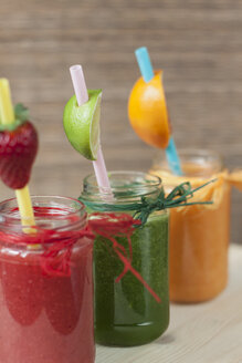 Red, green and orange vegetable and fruit smoothies - BEBF000007