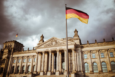 Germany, Berlin, Berlin-Tiergarten, Reichstag building and German flag - KRPF001136