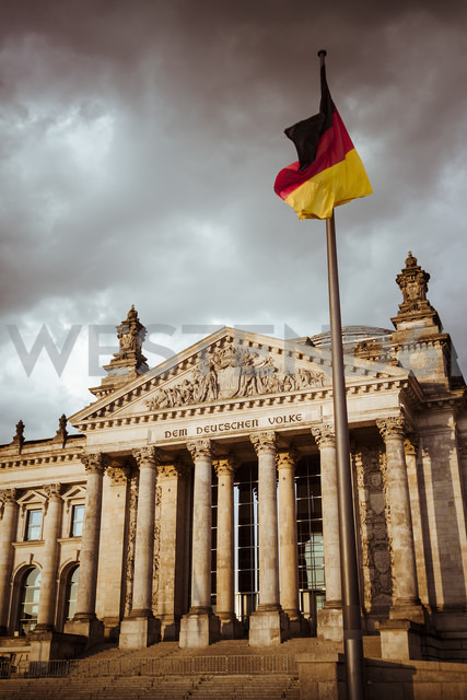 Germany, Berlin, Berlin-Tiergarten, Reichstag building and German flag - KRPF001137 - Kristian Peetz/Westend61