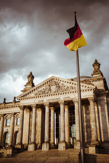 Germany, Berlin, Berlin-Tiergarten, Reichstag building and German flag - KRPF001137