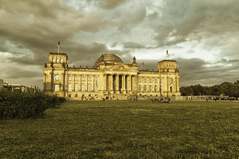 Germany, Berlin, Berlin-Tiergarten, Reichstag building in the evening - KRPF001142