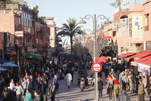 Morocco, Marrakesh, people on shopping street - RIM000299