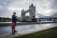 UK, London, Scottish bagpiper at Tower Bridge - PAF000945