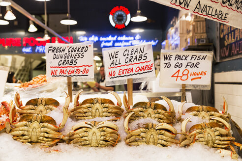 USA, Washington State, Seattle, Pike Place Fish Market, Dungeness crabs at market stand - FO007102