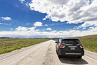 USA, Wyoming, Highway 26, car - FO007205