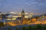 Germany, Hamburg, clocktower at Landungsbruecken and incoming cruise ship in the morning - RJ000288