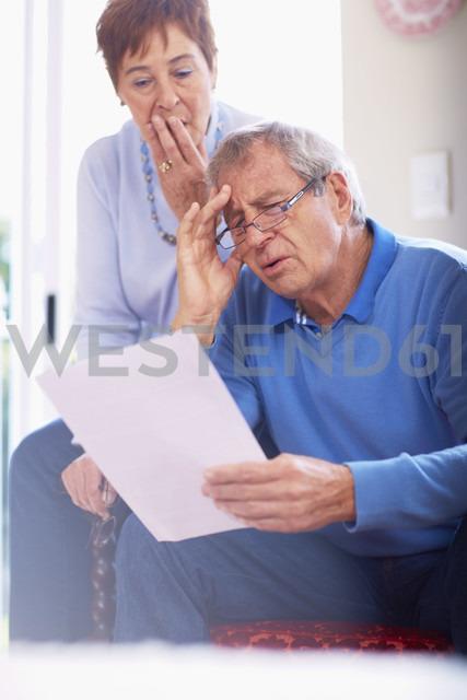 Shocked senior couple reading document at home - ZEF001062 - zerocreatives/Westend61