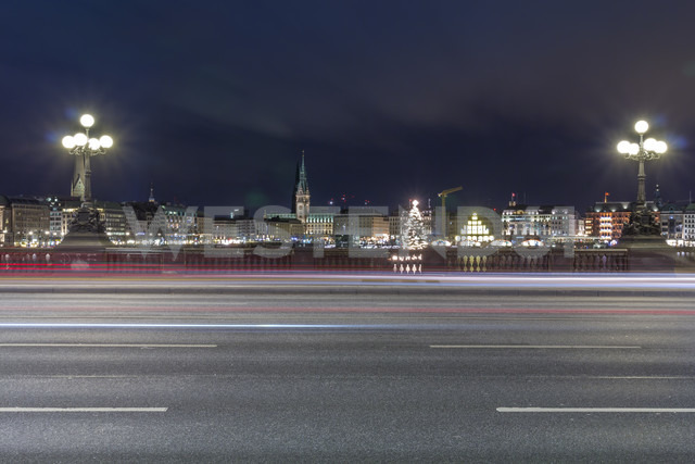 Germany, Hamburg, Lombardsbruecke crossing the Alster Lake at night - NKF000198 - Stefan Kunert/Westend61