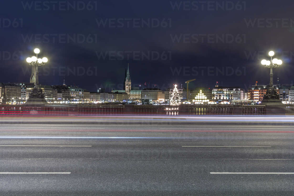 Germany, Hamburg, Lombardsbruecke crossing the Alster Lake at night - NKF000198 - Stefan Kunert/Westend61