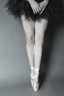 Legs of young ballet dancer - FCF000458