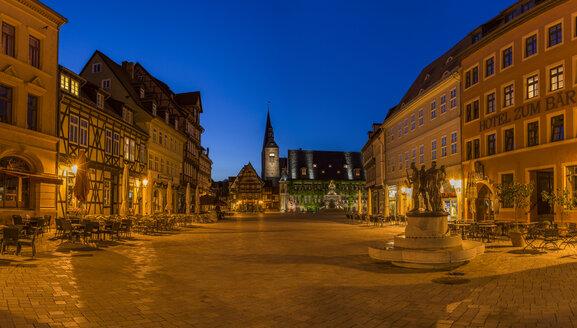 Germany, Saxony-Anhalt, Quedlinburg, market square with fountain at night - PVCF000117