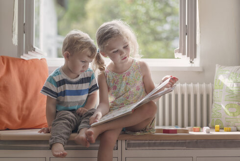 Brother and sister reading a picture book - MW000078