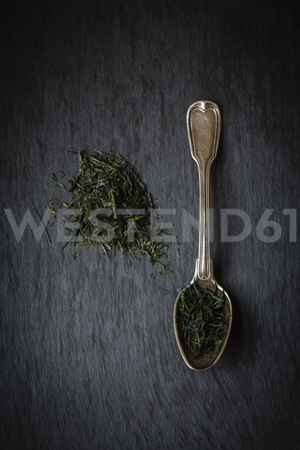 Tea spoon and pile of Sencha oand Gyokuro n black background - EVGF000945 - Eva Gruendemann/Westend61