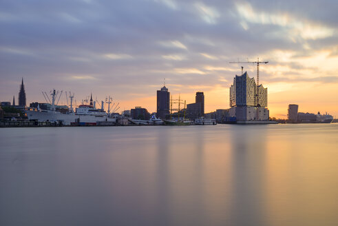 Germany, Hamburg, View of the northern bank of the Elbe at sunrise with Elbphilharmonie - RJF000306