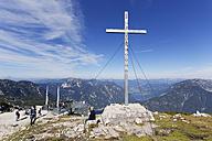 Austria, Salzkammergut, Dachstein Mountains, observation platform 5 Fingers and summit cross above Lake Hallstein - SIE006048