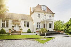 Germany, Hesse, Frankfurt, View of villa with garden - RORF000038