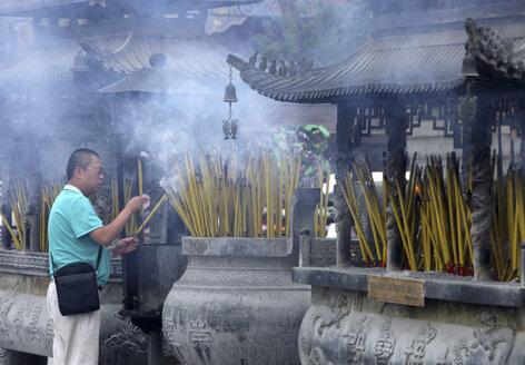 China, Yunnan, Dali, worshipper at temple - DSG000203