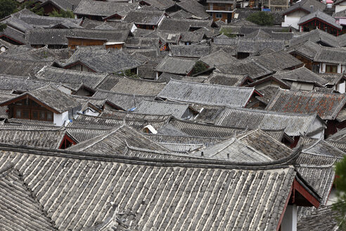 China, Yunnan, Shangri-La County, Lijiang, house roofs in old town - DSGF000212