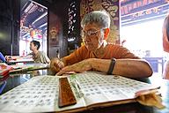 Malaysia, Malacca city, woman at Taoist temple Cheng Hoon Teng - DSG000296