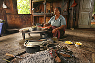 Myanmar, Kalaw, woman cooking at fireplace - DSG000339