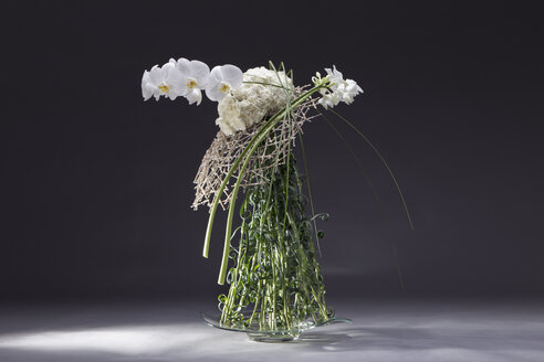 Floral arrangement of Poaceae, Dianthus, Eucharis grandiflora, Phalaenopsis - NN000180