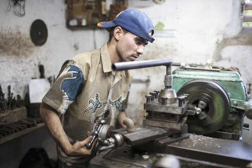 Cuba, Matanzas, Jaguey Grande, young worker at workshop - NN000079