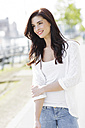 Portrait of smiling young woman - GDF000477