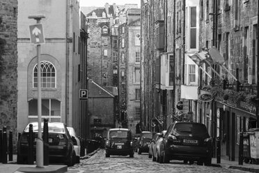 UK, Scotland, Edinburgh, street and old buildings - DL000002