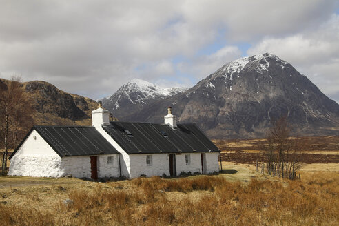 UK, Scotland, Highlands, Glen Coe, lonely house - DLF000018