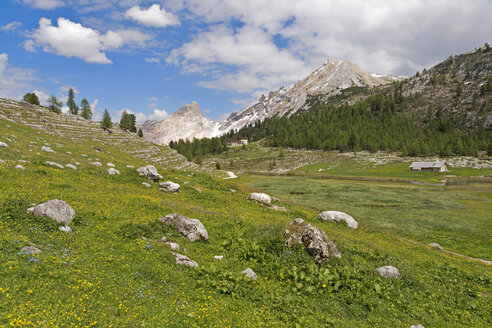 Italy, South Tyrol, Dolomites, Fanes-Sennes-Prags Nature Park, View to Fanes hut - UMF000738