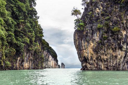 Thailand, Koh Phanak, view to steep rocks at Phang Nga bay - WEF000255