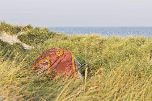 Germany, Mecklenburg-Western Pomerania, Warnemuende, Baltic Sea, Red tent in dunes - MELF000030