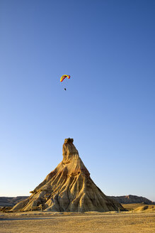 Spain, Navarra, Bardenas Reales, Semi-desert natural region, Nature Park, Cabezo Castildetierra, hang glider - LAF001104