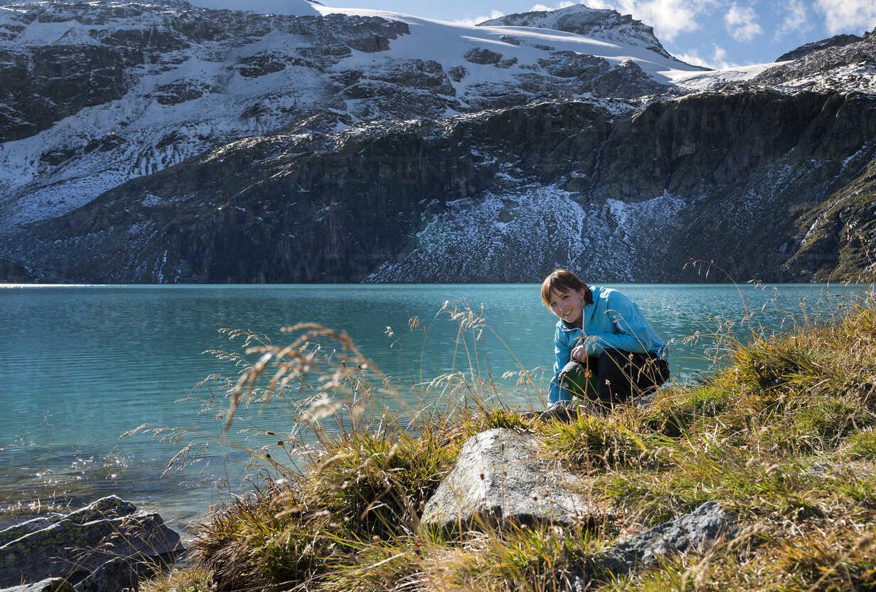 Austria, Salzburg State, Pinzgau, woman at Weisssee mountain lake - MKFF000131 - Markus Kapferer/Westend61