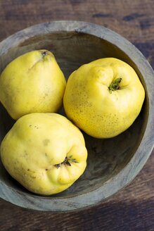 Wooden bowl of quinces, Cydonia oblonga - HAWF000481