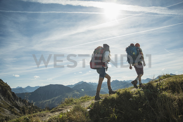 Austria, Tyrol, Tannheimer Tal, young couple hiking on mountain trail - UUF002198 - Uwe Umstätter/Westend61
