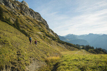 Austria, Tyrol, Tannheimer Tal, young couple hiking - UUF002160