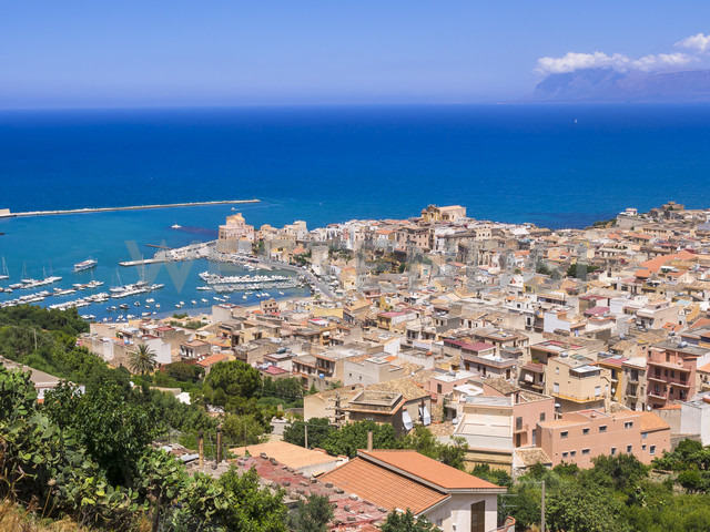 Italy, Sicily, townscape of Castellammare del Golfo with fort and harbor - AMF002986