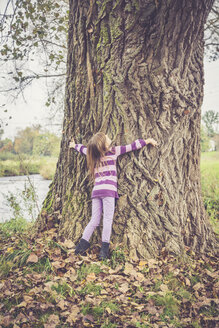 Little girl hugging old tree - SARF000933