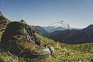 Austria, Tyrol, Tannheimer Tal, hiking boots in mountainscape - UUF002304