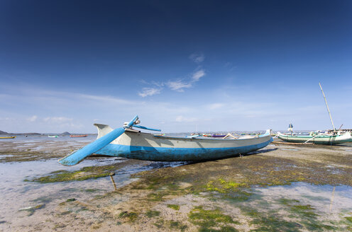 Indonesia, Lombok, Fishing boat at seashore - NNF000047