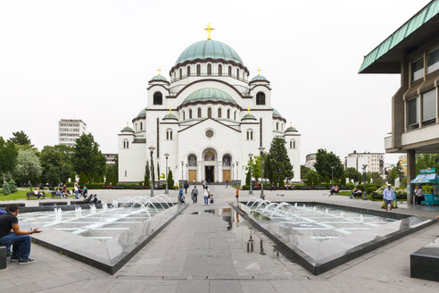 Serbia, Belgrade, view to Church of Saint Sava with fountain in the foreground - AM003024