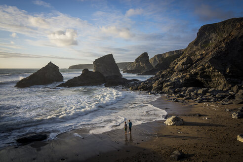UK, England, Cornwall, Bedruthan Steps, two boys at the ocean - PAF001039