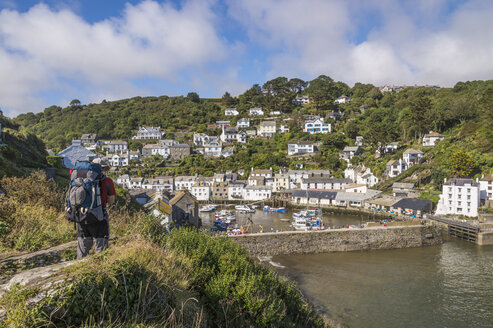 UK, Cornwall, Polperro, Man with backpack lokking at oats in fishing harbour - FRF000061