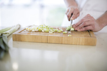 Chopping spring onions - ZEF007958