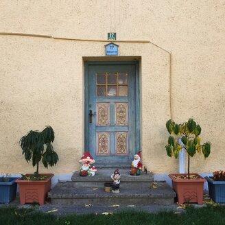 Germany, Andechs, Garden gnomes in front of house - GS000899