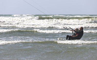 France, Bretagne, Finistere, father and daughter kitesurfing - LAF001150