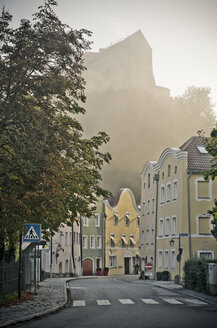 Germany, Bavaria, Burghausen, Old town and castle complex in fog - OPF000025