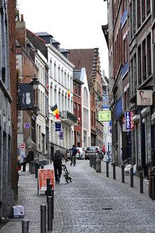 Belgium, Wallonia, Hainaut, Mons, Historic city centre, narrow street - MIZ000632