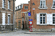 Belgium, Wallonia, Hainaut, Mons, Historic city centre, narrow street and traffic signs - MIZ000630